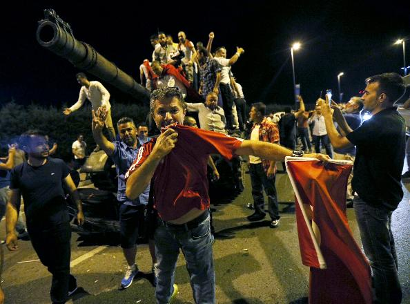 Protesters celebrate defeating coup d'etat. Photograph: http://www.cumhuriyet.com.tr/
