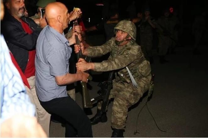 Protesters disarmed and even decapitated soldiers who participated in the coup. Photograph: http://www.cumhuriyet.com.tr